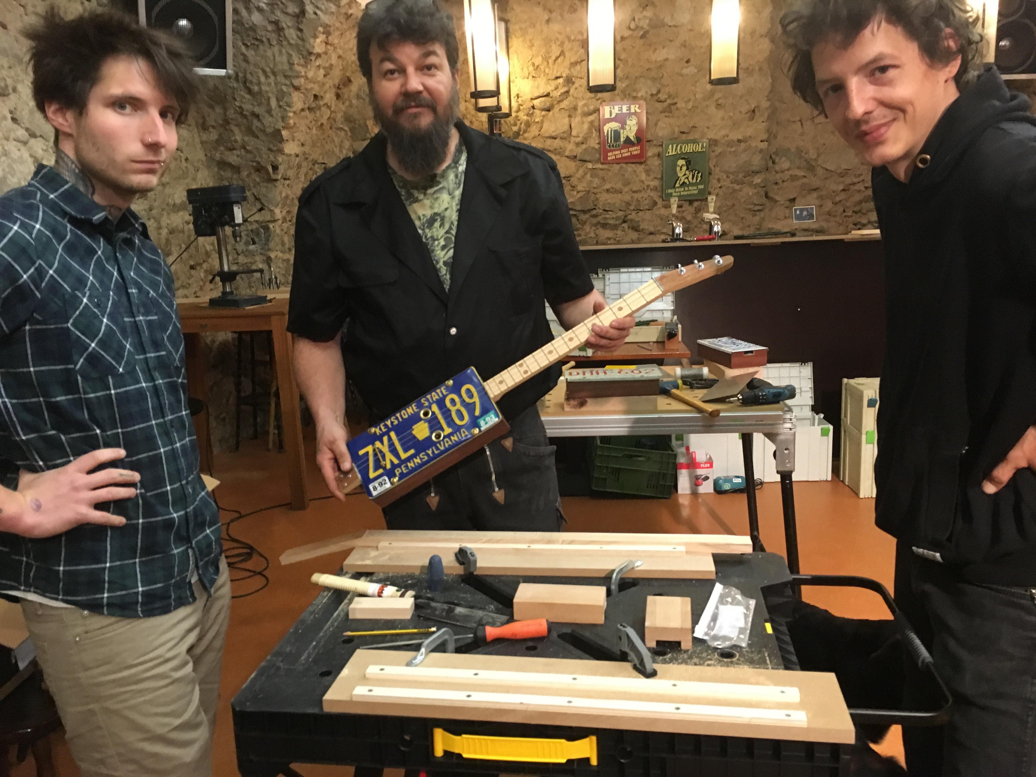 Upcycling Guitar Workshop Freiburger Straßenschule mit Fabian Fahr Workshopleiter